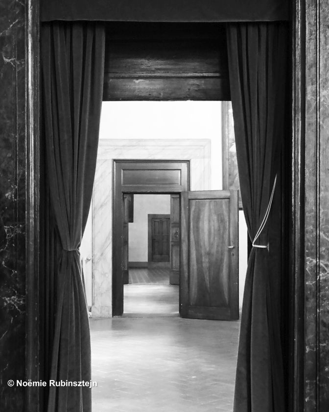 This photo was taken in Florence in the house of the Medici's family. I loved the way these doors seem to play a restless and dream game.
