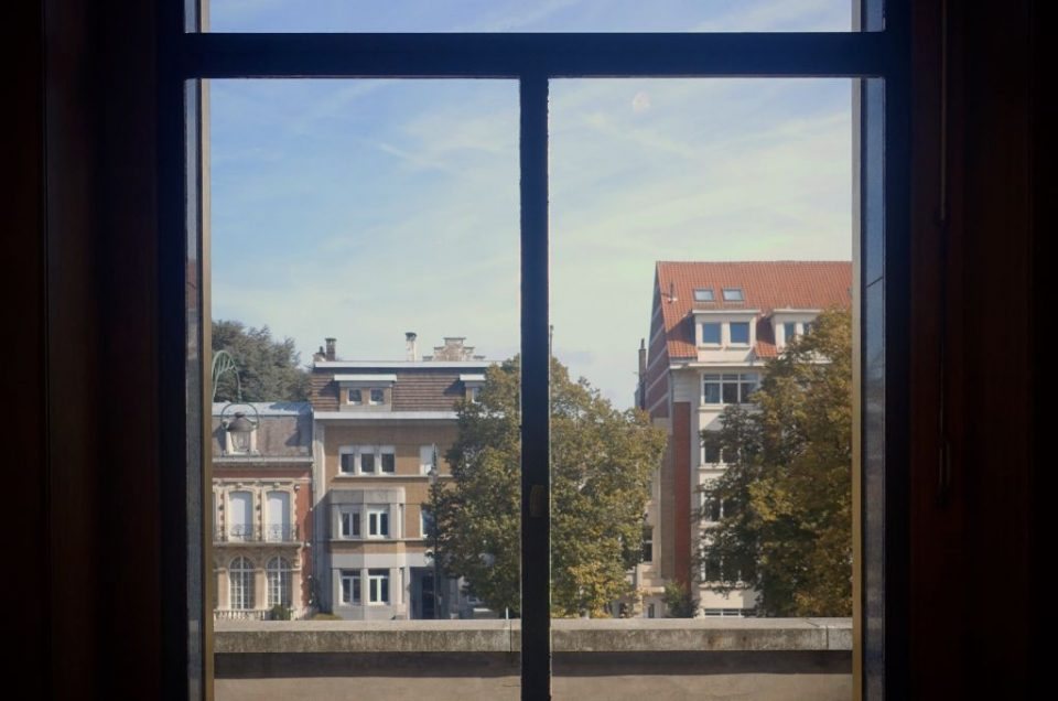 This photo was taken in Brussels from the window of a villa and showcases a typical view of Brussels' streets. Houses which stand neatly next to each other which here and there some beautiful shy trees.
