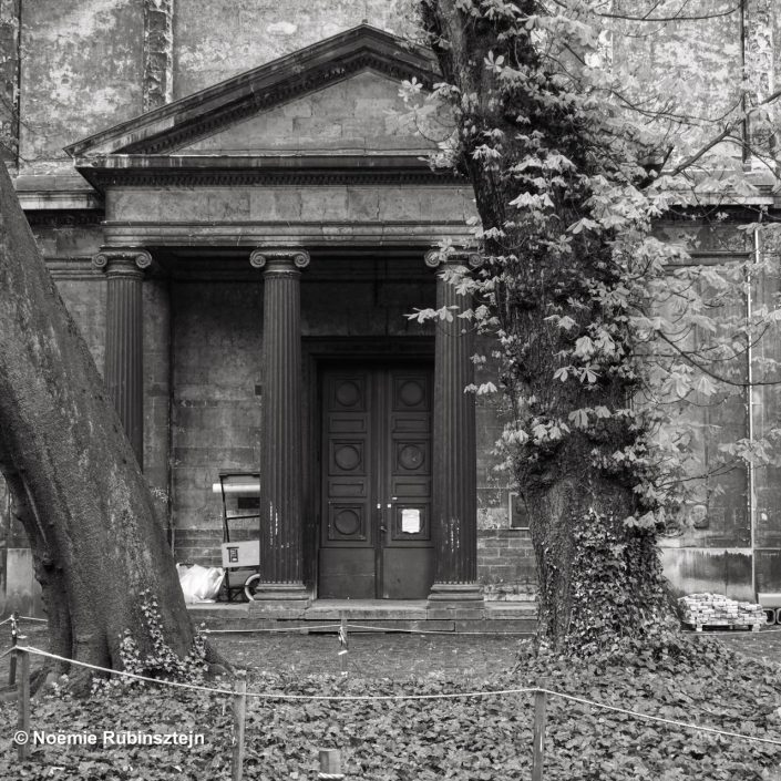 This black and white photo was taken in Antwerp at the Art Academy and features a Greek looking house surrounded by nature.